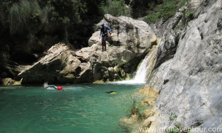 Descenso de barrancos, río verde