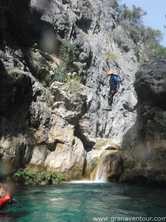 Estupendo día para realizar barranquismo rio verde, un día soleado y con buena temperatura para disfrutar del barranquismo rio verde. Mucha diverisión y entretenimiento